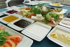 Erzurum'da Özel Böreği ve Kuymağı ile Serpme Kahvaltı Keyfi