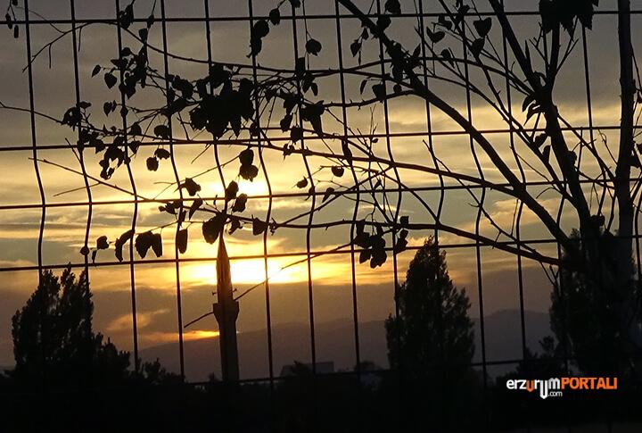 Erzurum'da Gün Batıyor, Minarede Ezan ve Yaprakların Zikri İle!
