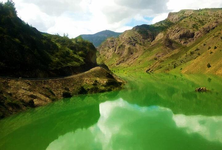 Yeşilin Farklı Tonlarının Görsel Şöleni: Oltu Sivridere Göleti