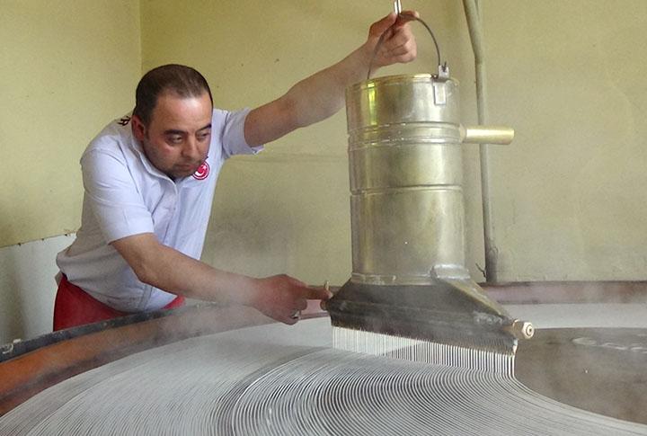 Türkiye'de Birkaç Taneler! Erzurum'da Ramazan'ın Olmasa Olmazı Tel Kadayıfı Onlar Üretiyor!