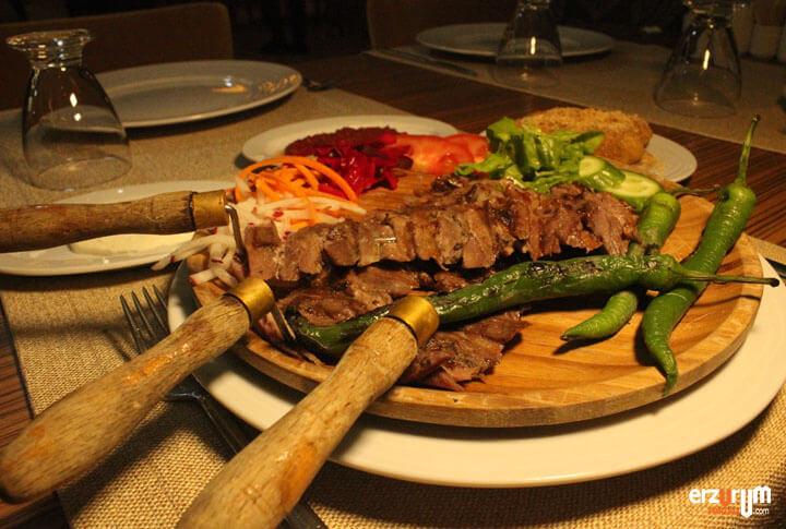 Erzurum'da Kadınlarda Cağ Kebabı Yeme Rekoru