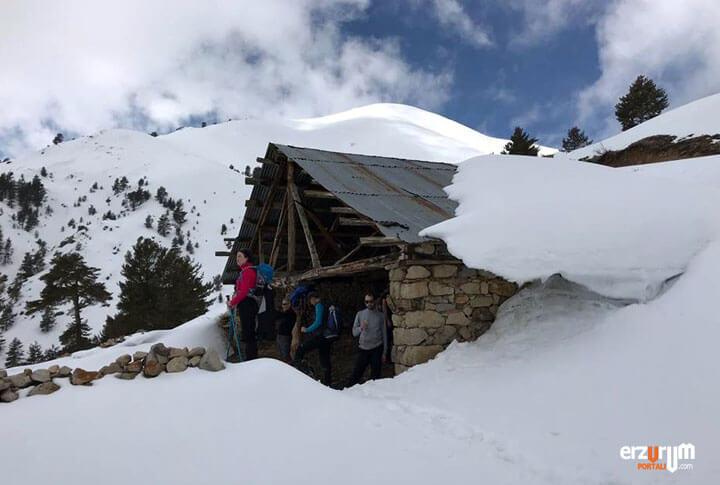 Uzundere Dikyar Mescit Dağı