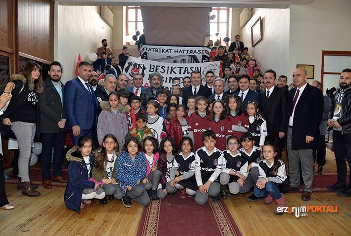 Öğretmen İstedi Beşiktaş O Okulda 800 Forma Dağıttı!