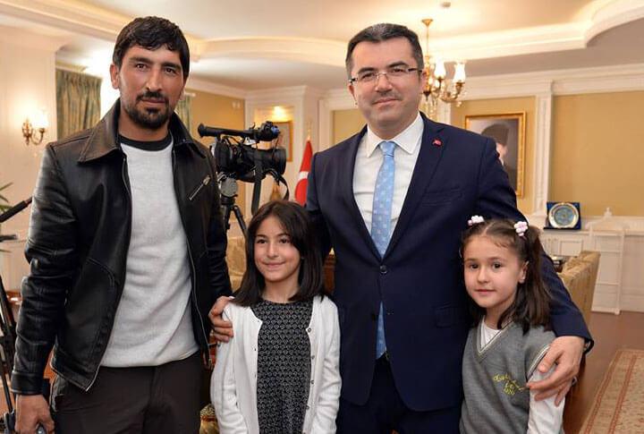 Erzurum Valisi Okay Memiş makam koltuğunu iki çocuğa birden devretti